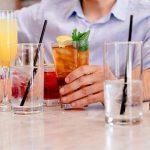 amici che bevono cocktail